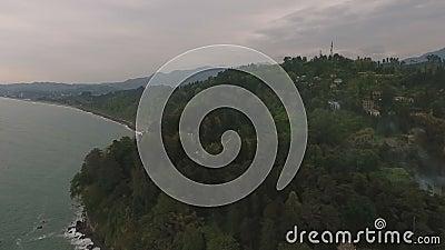 Czarny morze w Batumi przy półmrokiem, ponurego nieba above zielony ogród botaniczny, podróż zbiory