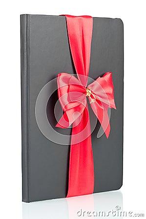 Czarny notatnik z czerwonym faborkiem
