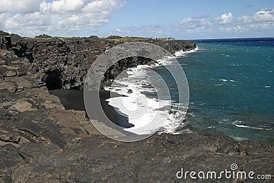 Czarny piasek na plaży