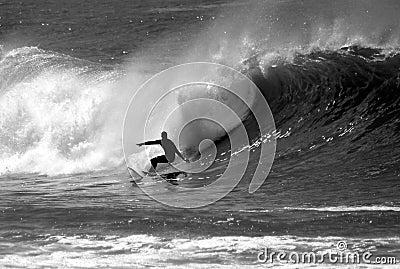Czarny zdjęcie surfer surfuje white