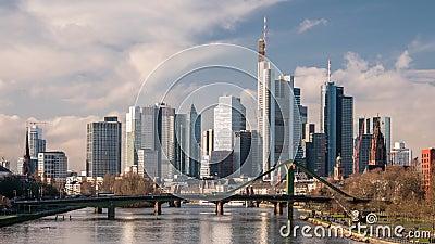 Czas poklatkowy - piękne chmury nad pejzażem Frankfurtu zdjęcie wideo