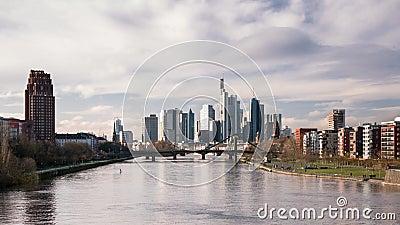 Czas poklatkowy - piękne chmury nad pejzażem Frankfurtu zbiory wideo