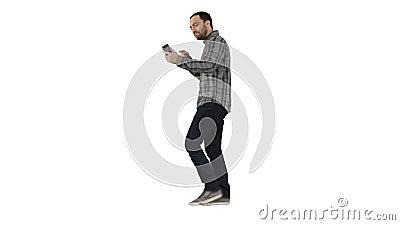 Czas wolny, technologia, komunikacja i ludzie pojęć, - młody człowiek używa smartphone i wzywający podczas gdy chodzący na bielu zdjęcie wideo