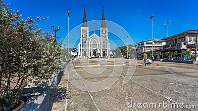 Czasu upływ kościół chrześcijański z ruchem chrześcijanin i turysta przy francuzem projektujemy klasycznego kościół w Chanthaburi zbiory