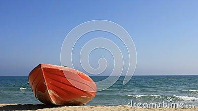 Czerwona łódź na plaży zbiory wideo