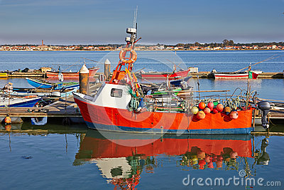 Czerwona łódź rybacka