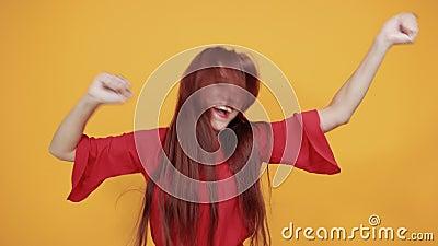 Czerwona dama, która jest bardzo urocza, cieszy się muzyką tańcząc wokół zbiory