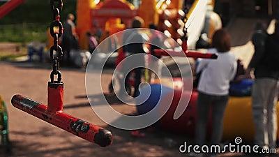 Czerwona falowanie huśtawki ostrość wewnątrz Wiele dzieciaków sztuka na boisku drzewo pola festiwale zdjęcie wideo
