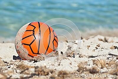 Czerwona piłka w piasku