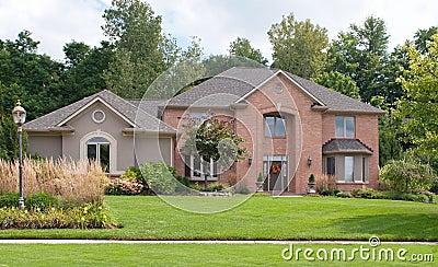 Czerwonej cegły & dębnika stiuku dom