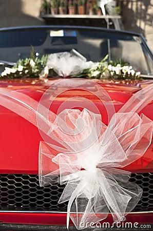 Czerwony ślubny samochód