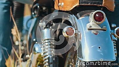 Czysty, lśniący motocykl na drodze otoczony przez pole żyta - opona tylna - jazda początkowa zbiory