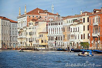 Début de la matinée sur le canal grand dans la ville de Venise, Italie Photo éditorial