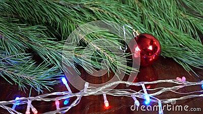 Décor de boule de Noël sur une planche en bois aux branches de pin, espace de copie clips vidéos