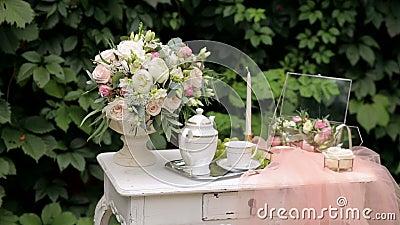 Décor de mariage avec table ancienne, fleurs et voile banque de vidéos