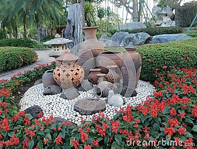 D coration de jardin de pot d 39 argile sur la terre en Deco jardin pierre blanche