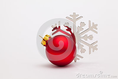 Bureau Noel Blanc : Décoration et flocon de neige rouges de noël sur le bureau blanc