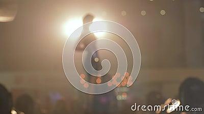 Défilez l'exposition, fille modèle de passerelle de silhouette dans la promenade brillante de robe sur le podium dans le contre-j banque de vidéos
