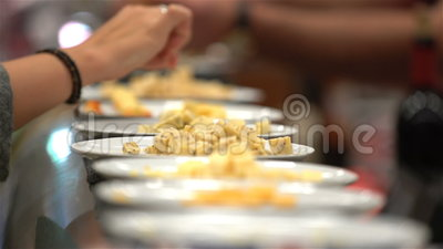 Dégustation de différentes variétés de fromage Plan rapproché clips vidéos