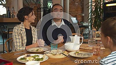 Déjeuner en famille, homme et une chose à la petite fille banque de vidéos