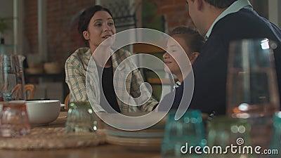 Déjeuner en famille, mère heureuse embrasse sa fille dans ses bras banque de vidéos