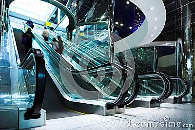 Déménagez l escalator dans le bureau moderne