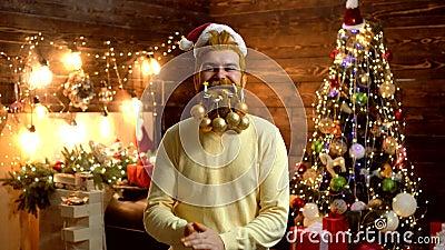 Dénommer Santa Claus avec une longue barbe posant sur le fond en bois ?motions de cadeau Portrait d'une Santa mûre brutale banque de vidéos