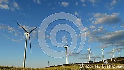 Déplacement de tours d'énergie de turbines de vent banque de vidéos