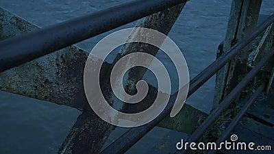 Détail De L'Ancien Pont Rusty Le Soir banque de vidéos