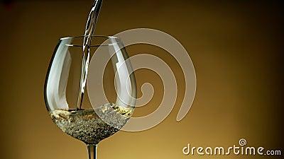 Détail du mouvement super lent de la pourriture du vin blanc à partir d'une bouteille sur fond doré banque de vidéos