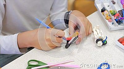 Dłonie dzieci, zbliżenie dzieci, rzeźba z plastyny przy stole, krąg rozwojowy dzieci do rysowania zdjęcie wideo