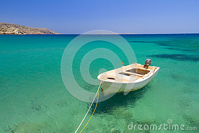 Łódź na błękitnej lagunie Vai plaża