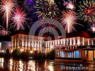 Día de fiesta - día de la ciudad. Fuego artificial. Imagen de archivo editorial