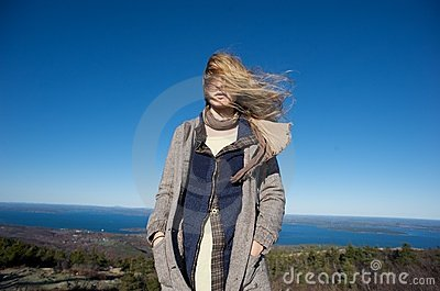 Día ventoso en la tapa de una montaña en Maine
