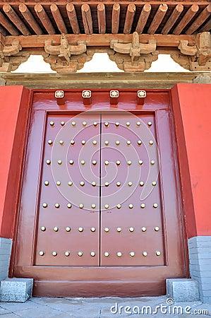 Dachgesims und Tür in der chinesischen traditionellen Art