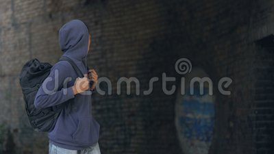 Dacht zwarte tiener in hodie met rugzak die gevaarlijke voorstad loopt stock video