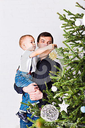 Free Dad Helping Son To Decorate Christmas Tree Stock Images - 62056624