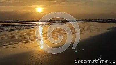 Dageraad op zee, morgen op het strand, oranje dageraad Waves op een zandig tropisch strand stock videobeelden