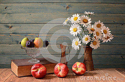 Daisy flowers and fresh peaches