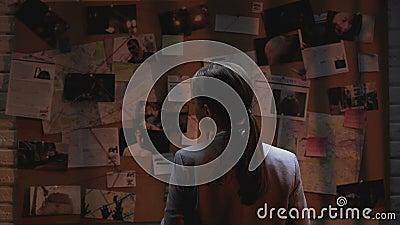 Dama intymny agent patrzeje przestępstwa dochodzenia deskę, pije filiżankę kawy zdjęcie wideo