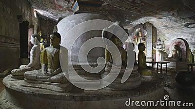 DAMBULLA, ШРИ-ЛАНКА - ФЕВРАЛЬ 2014: Много сидя и стоя Buddhas на золотом виске Dambulla Золотой висок Damb видеоматериал
