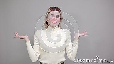 Dame boos uiten, handen in negatieve emoties opsteken, boos op iemand stock video