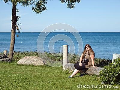 Dame die dichtbij meer Huron rusten