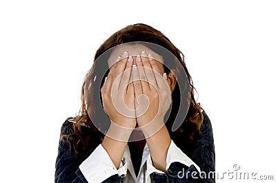 Dame, die ihr Gesicht versteckt