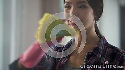 Dame, die leicht Fenster und Spiegel vom Staub und Flecke mit neuem Reinigungsmittel säubert stock video