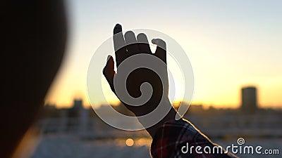 Dame tendre essayant d'attraper le soleil, foi à l'avenir, absence de préjudice banque de vidéos