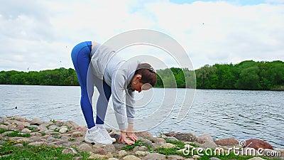 damen sträcker ben och trycker på jordning med fingrar lager videofilmer