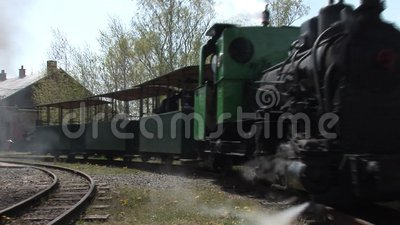 Dampfzug an der Station stock video footage