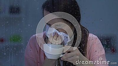 Damy cierpienia grypa, pijący gorącego napój i kichnięcie, grypa epidemie zbiory