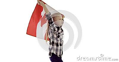 Dança da menina com a bandeira canadense no fundo branco O símbolo do país que vibra no vento filme